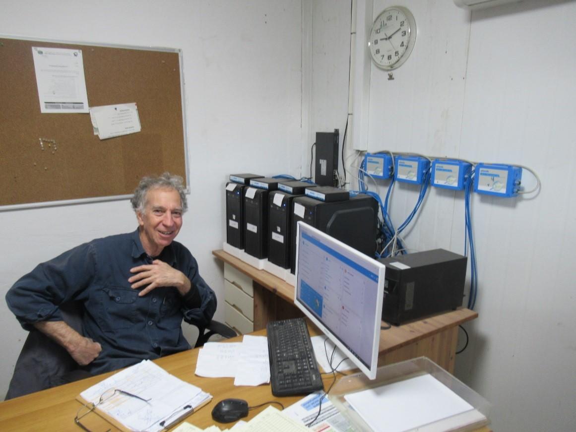 חיים דגן הגיע מקיבוץ רבדים ומנהל את העדר לפי השותפים – לכל אחד יש מחשב ומערכת עצמאית